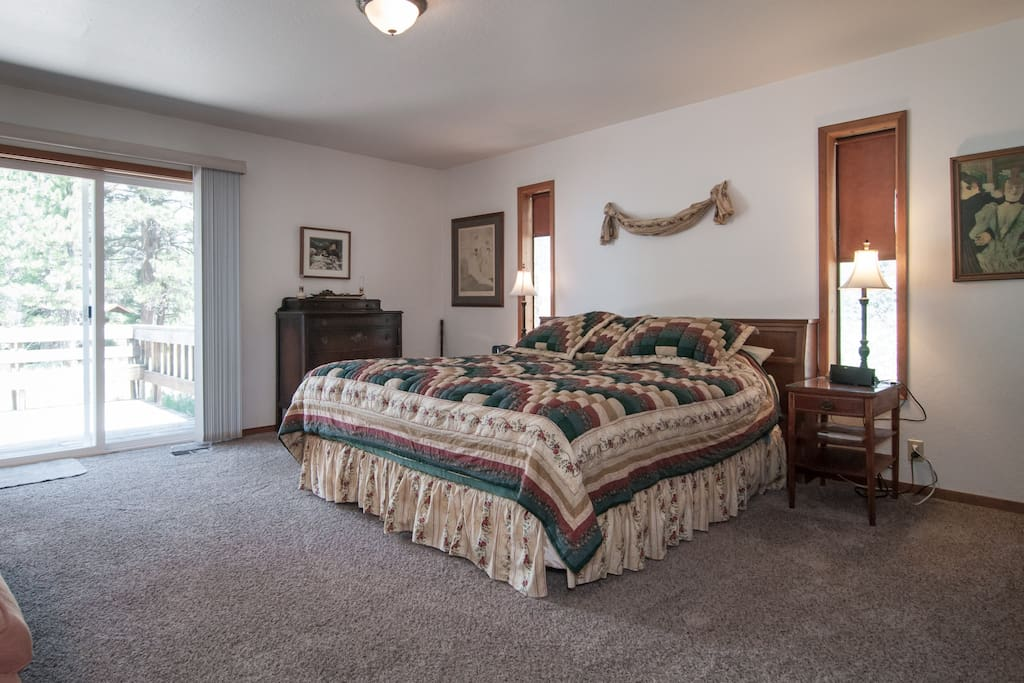 Huge master w/king bed, sofa and private bath w/Jacuzzi tub