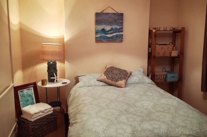 Cosy bedroom only a short drive from the beach! - Dunvant - 獨棟