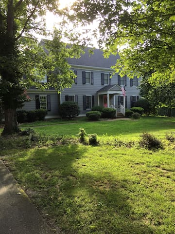 Private room in single family home - Midlothian