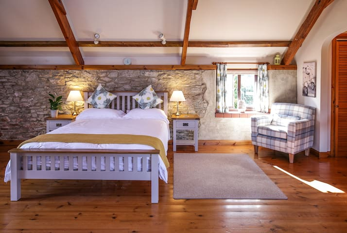 Spacious double bedroom in secluded Barn