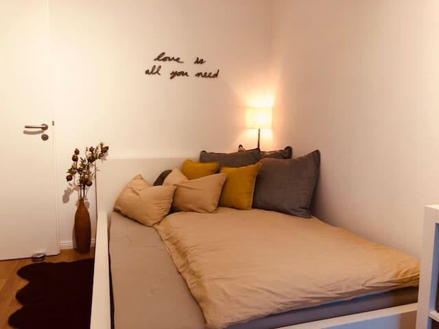 Lovely bedroom near Messe with fitness equipment