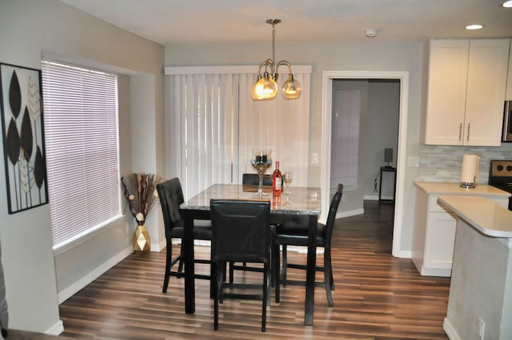 Couples Paradise Condo 2/2 mins from the parks!