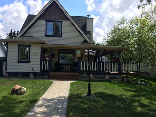 Home is not too far away - Camrose - Bed & Breakfast