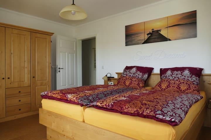 Schlafzimmer ausgestattet mit Smart-TV