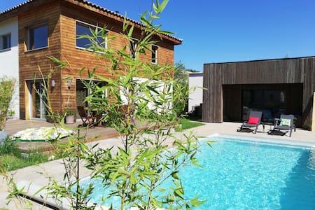 Maison en bois avec piscine privée et annexe