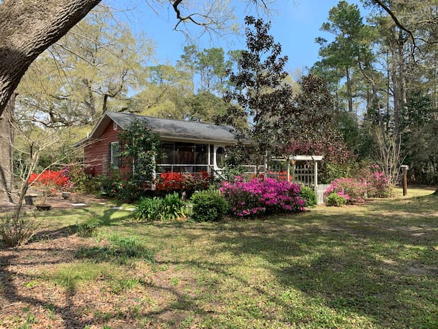 Cottage in the Oaks