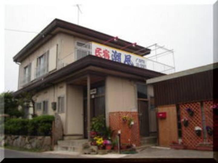 JR引田駅より徒歩5分。古い港町の中にあるゲストハウスです。