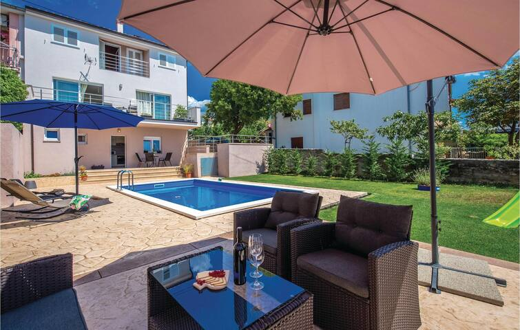 Semi-Detached with 2 bedrooms on 93m² in Smrika