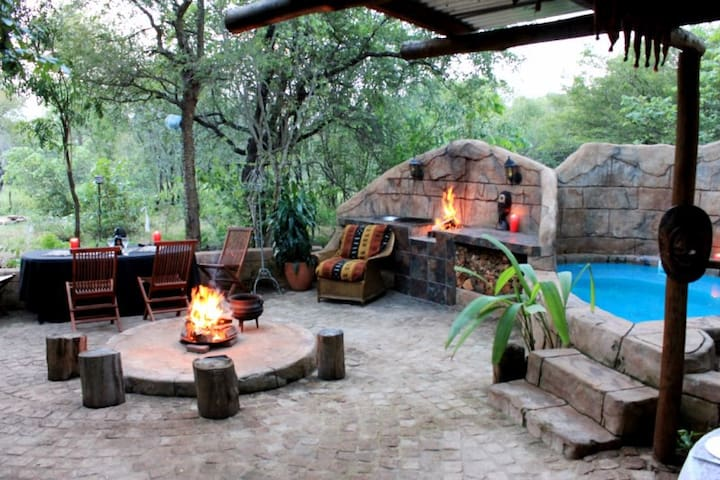Mo Rocca Kruger-The Lizard Lounge - Marloth Park - Cabaña