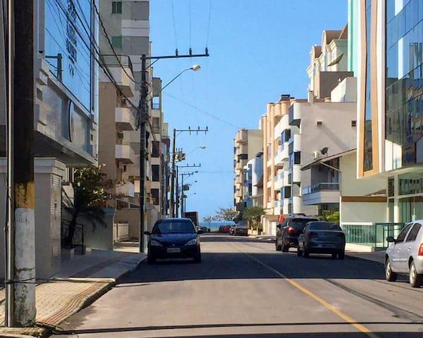 Apartamento mobiliado quadra mar