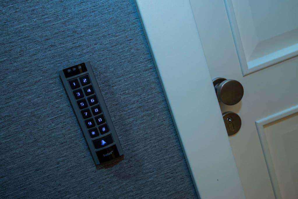 Dostęp do apartamentu za pomocą kart magnetycznych lub kodu