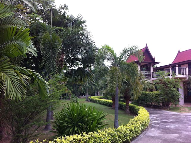Thai house in garden - Tambon Na Phrathat - Rumah