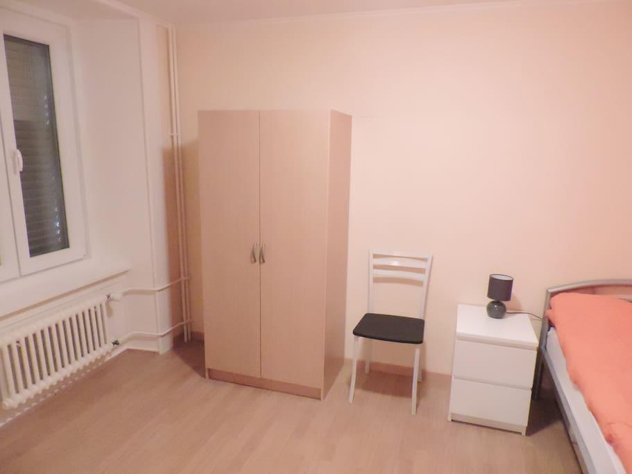 Chambre N° 2 individuelle avec armoire, lit 90x200
