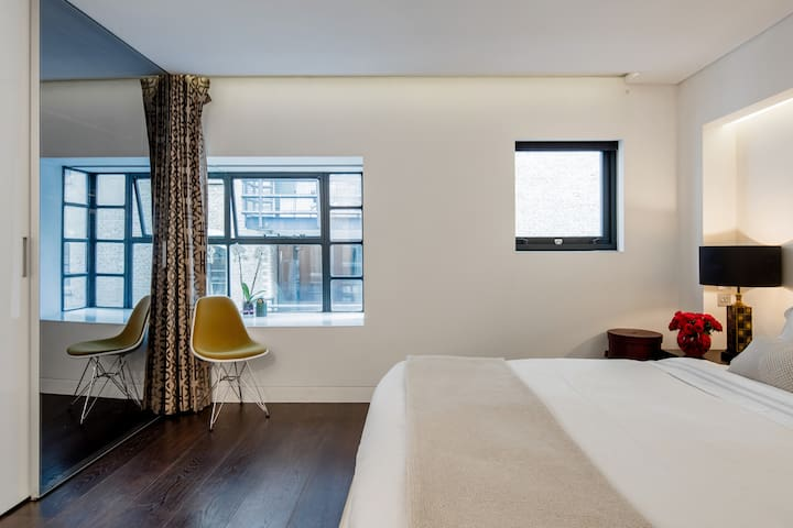 The spacious master bedroom overlooks the historic, cobbled street of Shad Thames and offer 5m of wardrobe and storage space.
