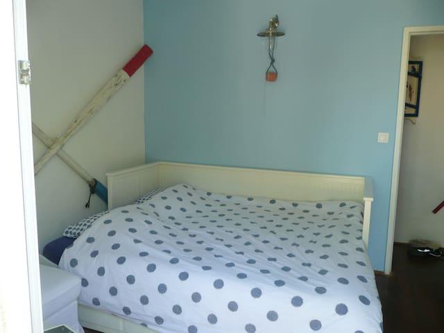 Chambre 2 avec un grand lit