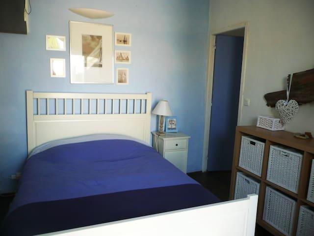chambre 3 avec grand lit et salle de bain intégrée