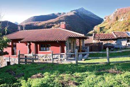 Romántica casita de montaña con jardín - Cortes