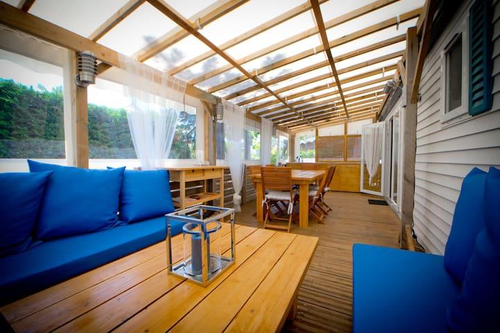 Coin Lounge + Table + cuisine d'été (lounge + summer exterior kitchen)