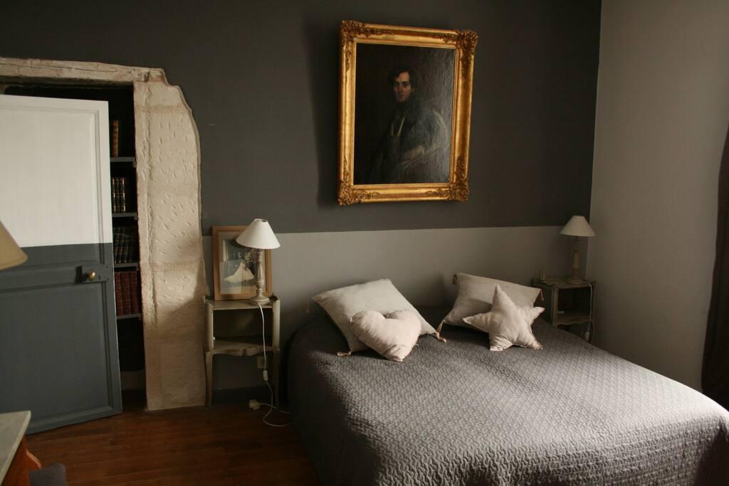 Une chambre double ou deux lits simples. Literie neuve. Entièrement isolée. Donne sur une salle de bains toute équipée avec WC. Lumineuse. Très calme. 75€ la nuit petit déjeuner compris.