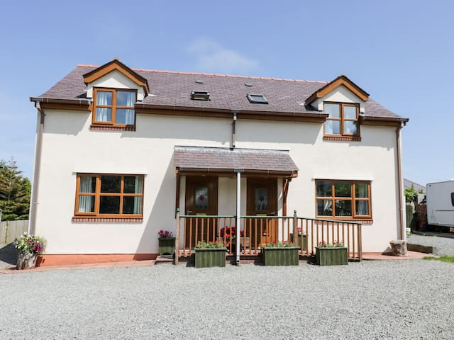 BEECH COTTAGE, family friendly, with a garden in Benllech, Ref 4185