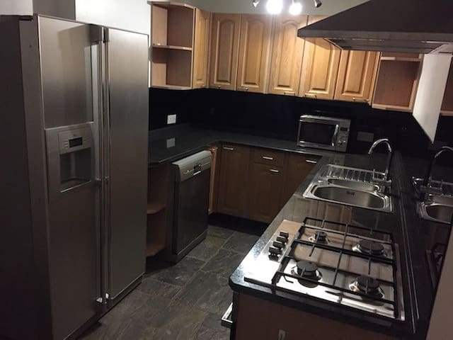Luxury 2 Bedroom, Dining Lounge Kitchen w/Gas Hob