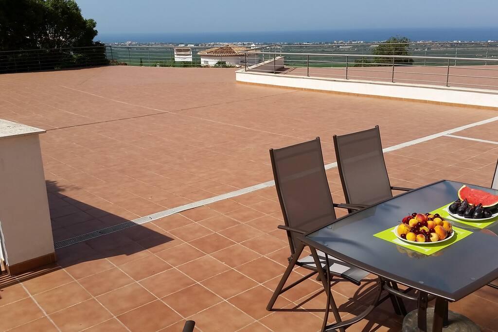 Terraza particular de 300 m2 con impresionantes vistas al Mediterráneo y al Parque Natural de la Marjal Pego-Oliva