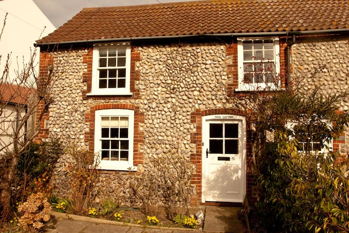 Rose Cottage, so close to the sea! - Sheringham