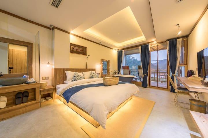 肇兴侗寨 人工湖 自在山居 阳台大床房