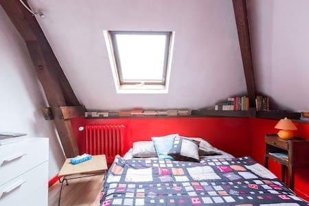 chambre dans grande maison familiale - Bed & Breakfast