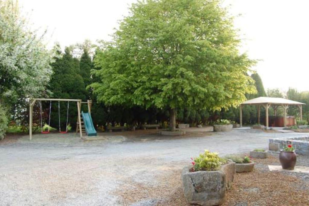 Air de jeux pour les enfants, terrain de pétanque, table de ping pong sous abris