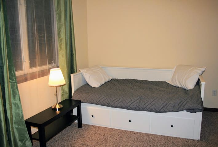 Bedroom 4 with Queen sized daybed