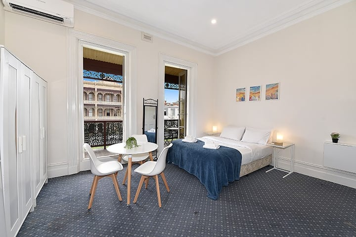Large Studio Apartment Next to Melbourne Uni!