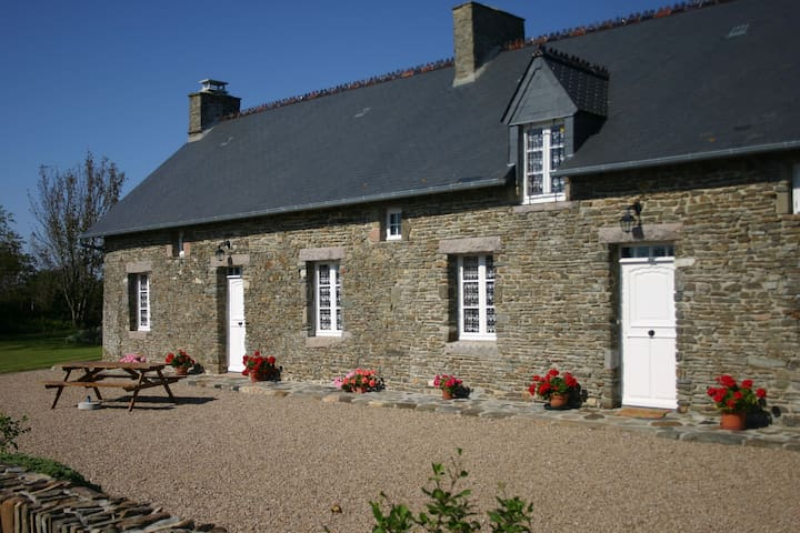Stone holiday house 2,5 km from the sea