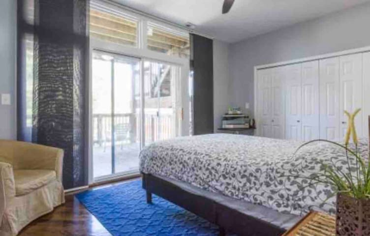 MODERN PRIVATE Room in the heart of Wicker Park