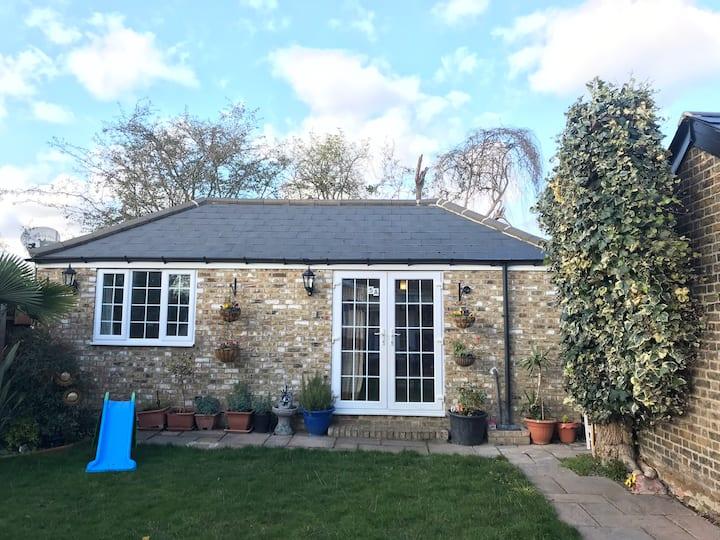 Cosy cottage annex in Fairlop
