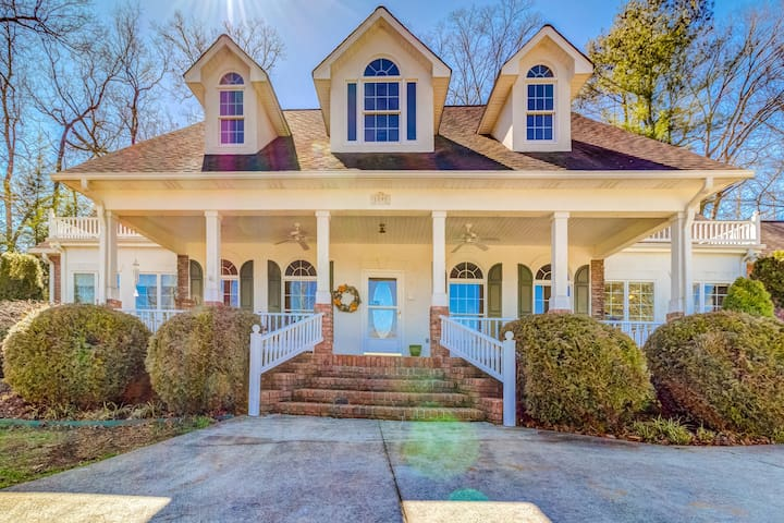 Elegant, dog-friendly home w/ furnished patio and gas grill - close to the lake!