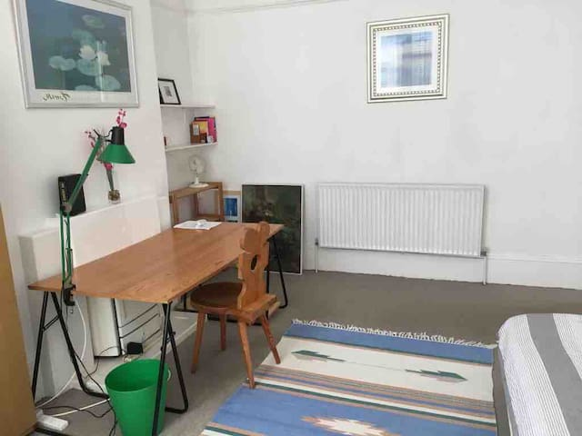 Large room close to transport free parking ,WiFi