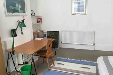 Large room close to transport free parking