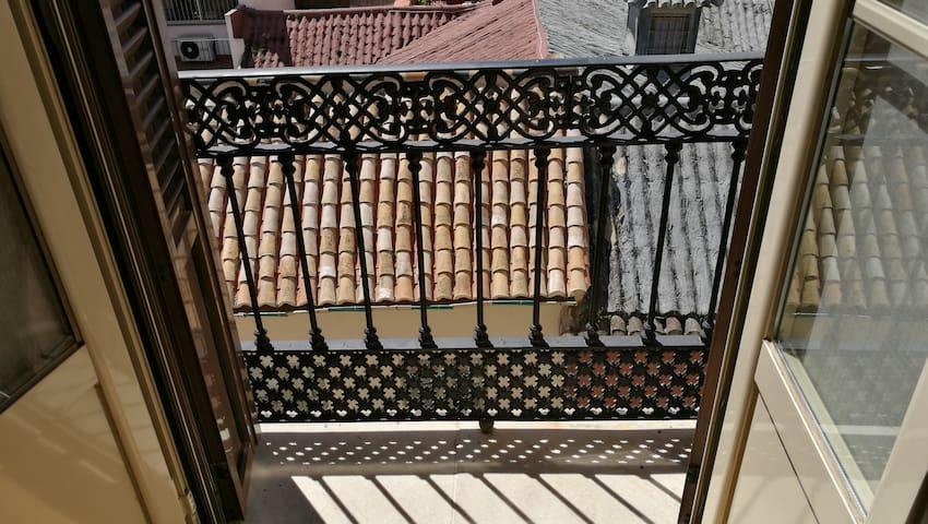 Uno de los balcones soleados del salón con pedazo de vistas
