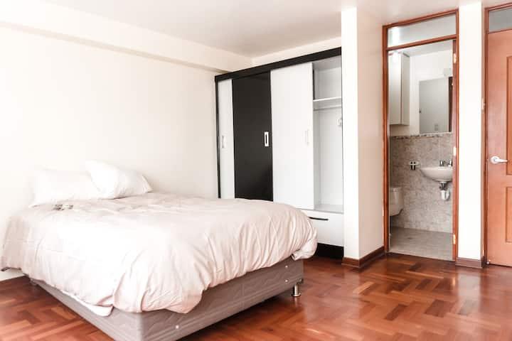 Hab amplia con baño privado y buena iluminación