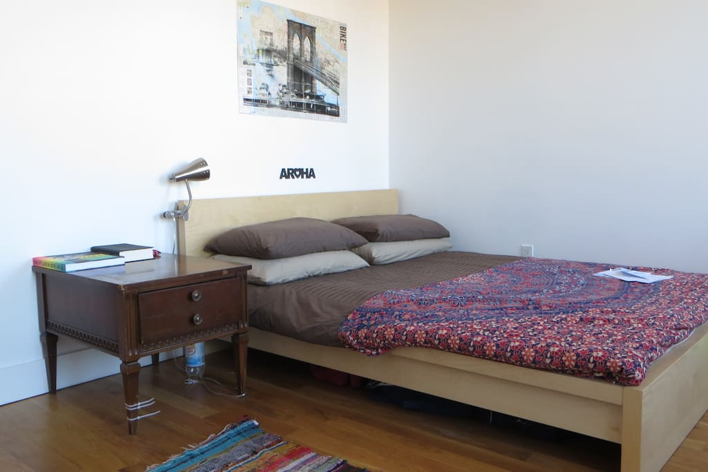 Bright and spacious room with queensize bed