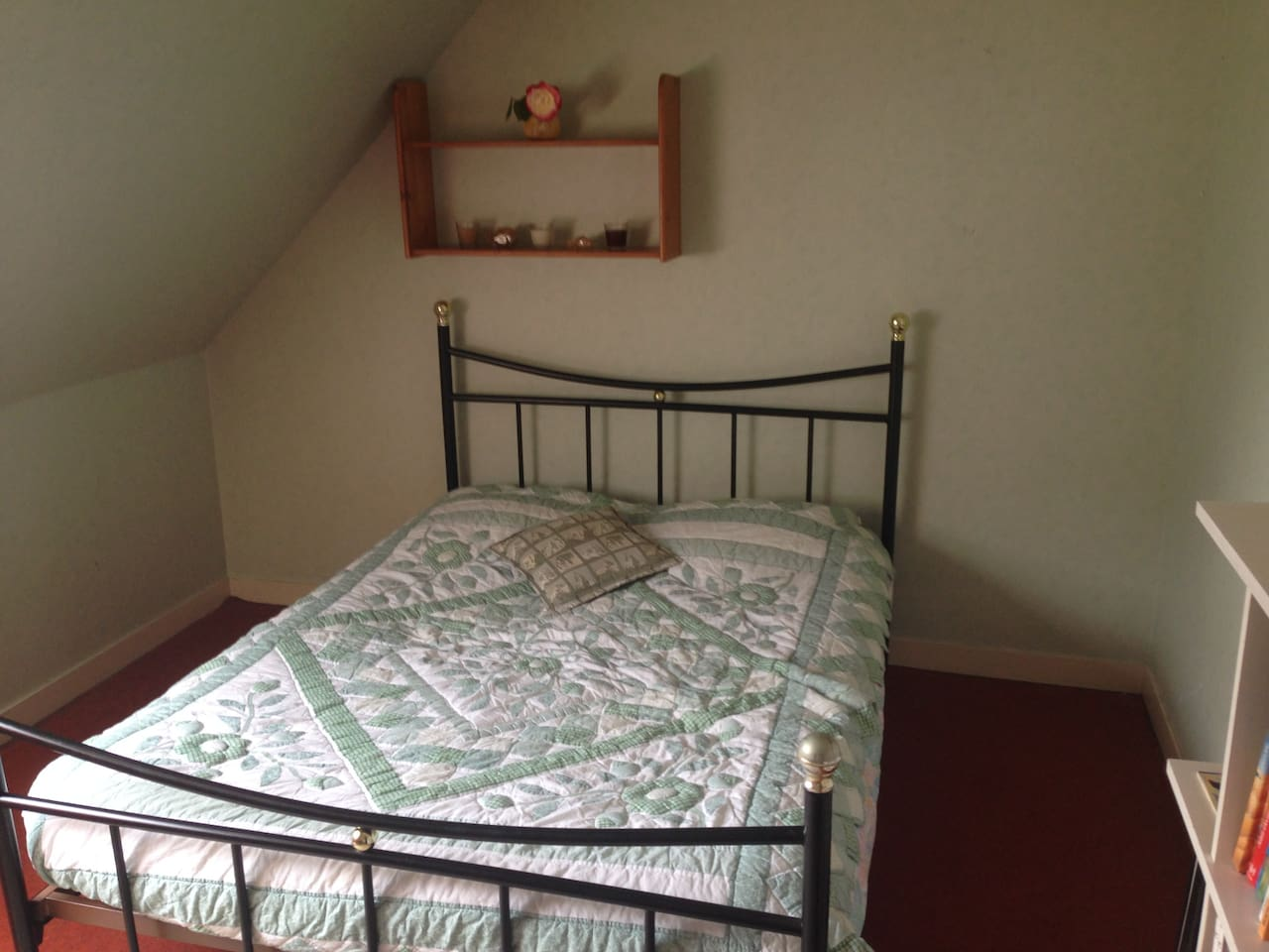 Un lit double dans une grande chambre / a double bed in a cosy bedroom
