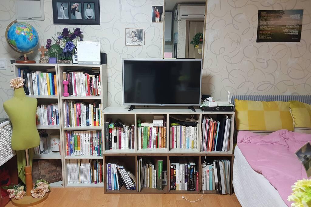 35인치 평면 TV 올레서비스이용, 각종 책들 무료로 읽을 수 있어요
