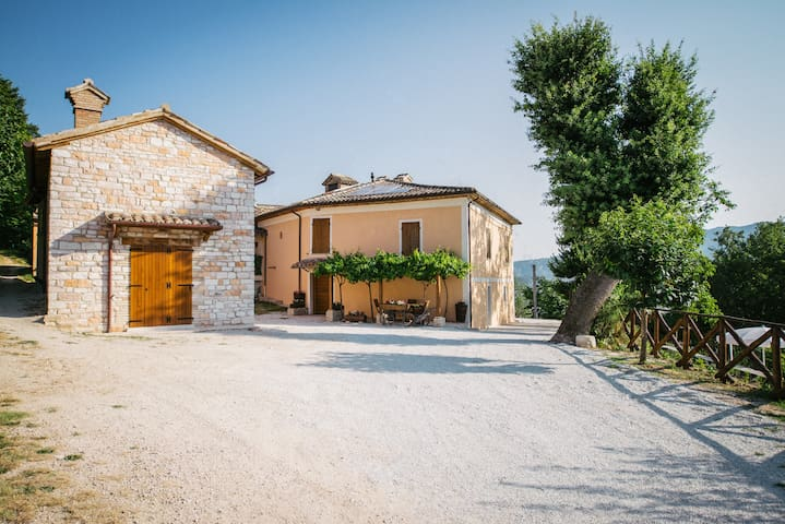 Casetta in pietra con piscina per famiglie