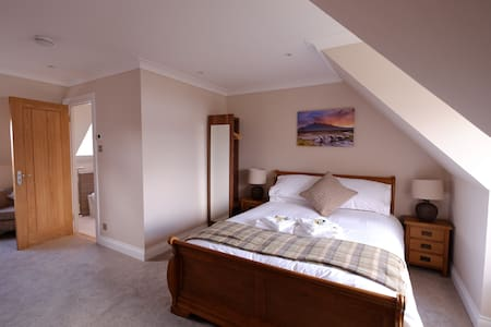 Suite with Kingsize Bed & ensuite - Dunvegan