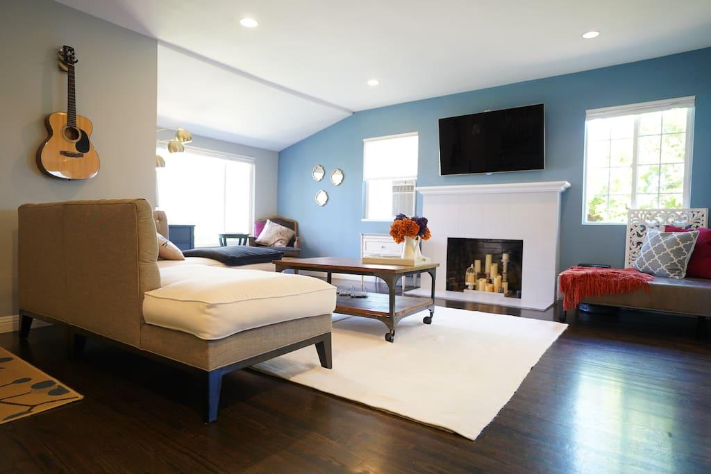 Living Room w/ 55inch 4k TV