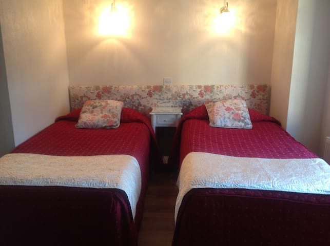 Coach House Twin En-Suite.Kitchenette/dining room.
