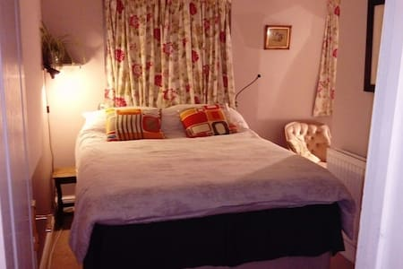 Quiet, L-shaped, double room with an ensuite. - Southampton - Casa