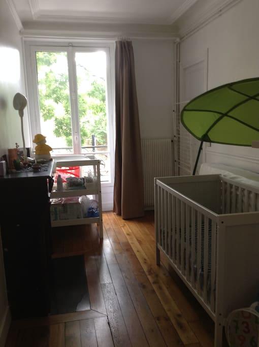 Chambre pour enfant. Lit bébé et table à langer.