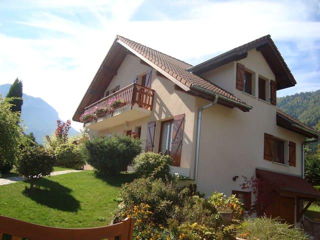 chambre  dans maison de village près lac annecy